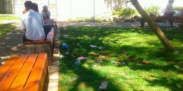 Sampah Berserakan Taman Pantai Berkas Bukti Kurangnya Kesadaran Garuda Daily