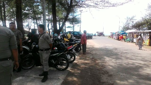 Satpol Pp Warning Pedagang Taman Pantai Berkas Camkohanews Dipimpin Kota
