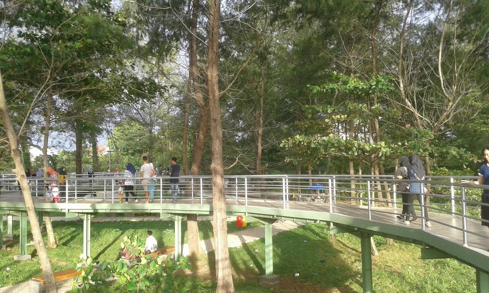 Taman Pantai Berkas Wisata Ramai Berjalan Jalan Sepanjang Jembatan Sambil