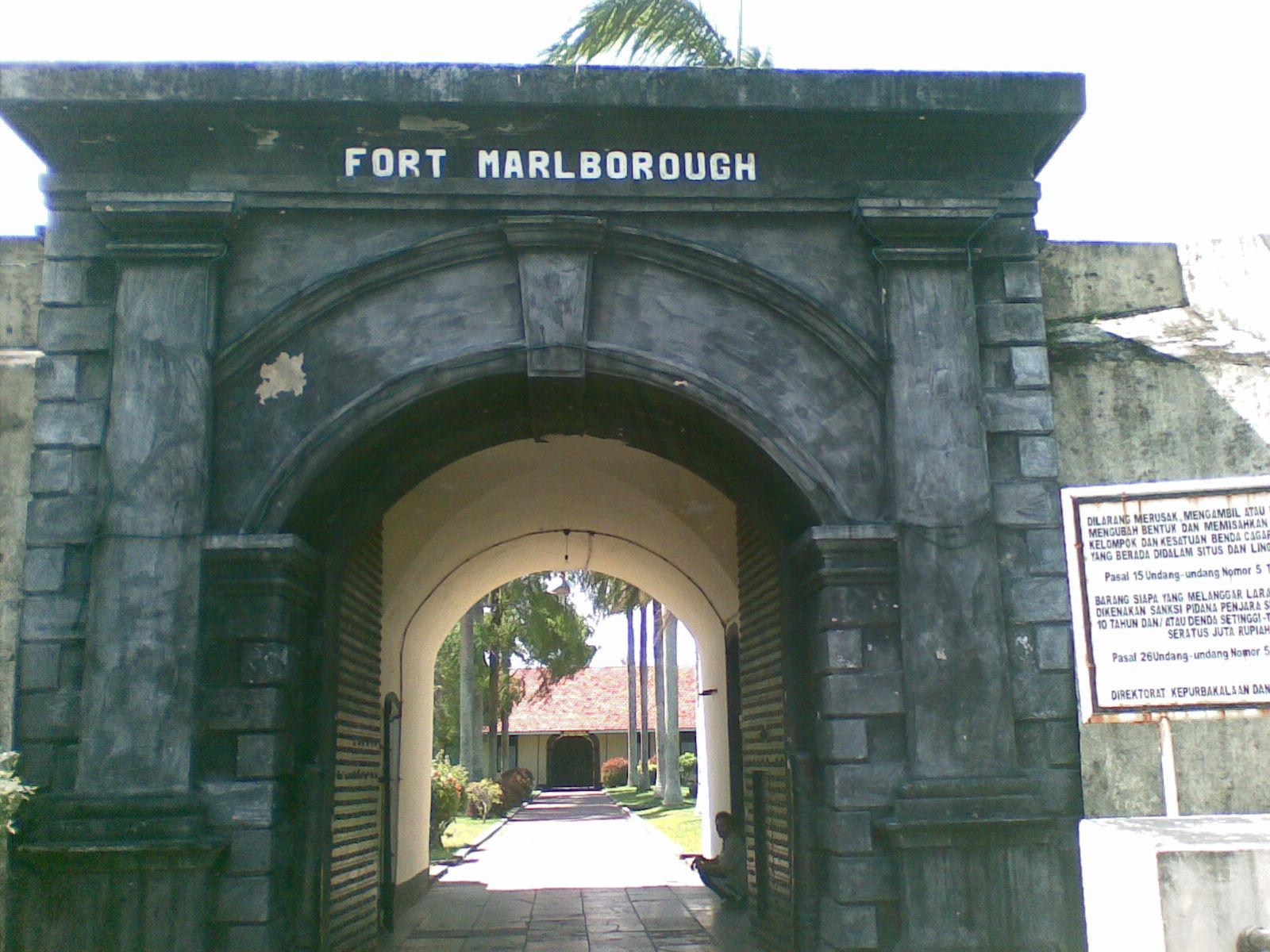 10 Tempat Wisata Bengkulu Wajib Dikunjungi Benteng Marlborough 300x225 Taman