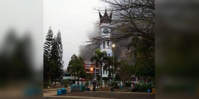 Pasar Atas Bukittinggi Terbakar Pedagang Panik Selamatkan Barang Dagangan Foto