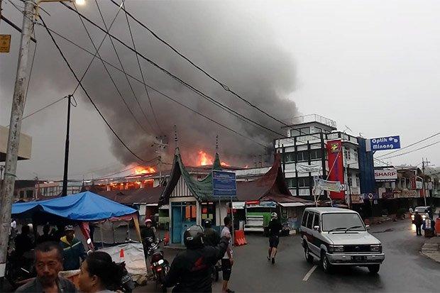 Waduh Api Berkobar 1 000 Kios Pasar Atas Https Img
