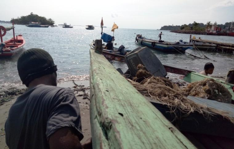 Cuaca Buruk Nelayan Merak Beralih Jadi Kuli Bangunan Pantai Mabak