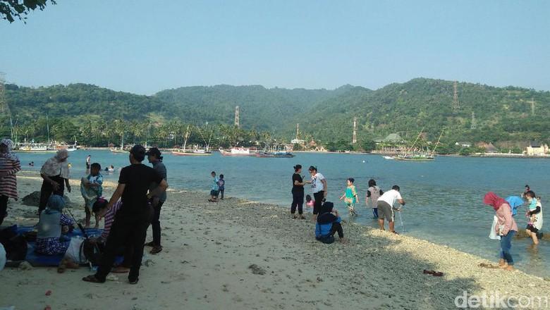Ngabuburit Sambil Lihat Hilir Mudik Kapal Pulau Merak Kecil Foto