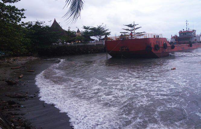 Ombak Besar Hempaskan Kapal Tanker Pantai Mabak Merak Cilegon Kota