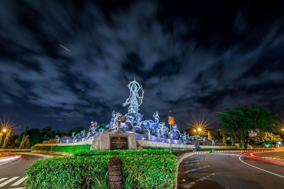 Megahnya Patung Titi Banda Malam Hari Denpasarkota Id Kota Denpasar