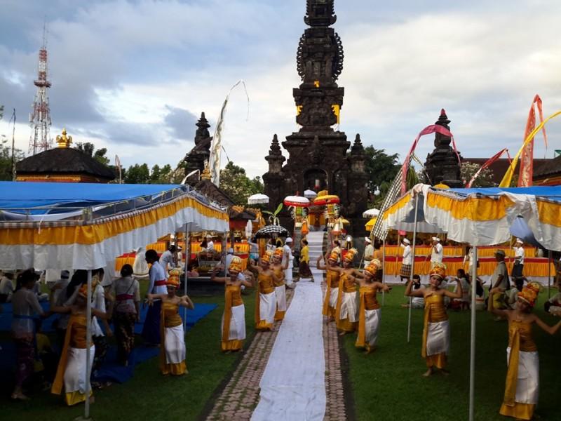 Budaya Melasti Serangkaian Piodalan Pura Agung Jagatnatha Singaraja Kota Denpasar