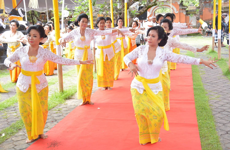 Dwp Denpasar Ngayah Rejang Renteng Pura Agung Jagatnatha Whdi Kota