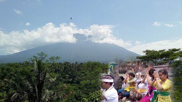 Puluhan Pelajar Berdoa Pura Jagatnatha Kerahayuan Gunung Agung Kota Denpasar