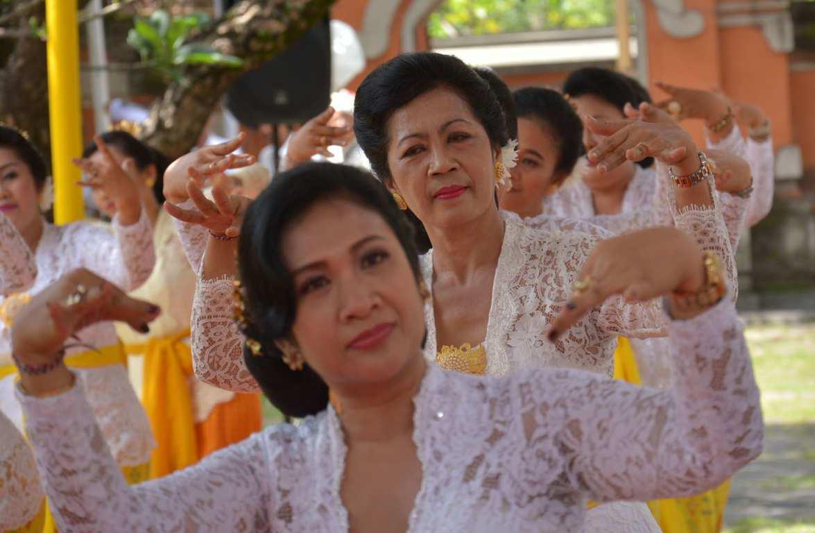 Whdi Dwp Denpasar Ngayah Rejang Renteng Pura Agung Jagatnatha Kota