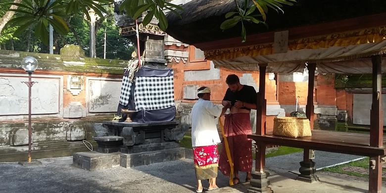 Wisatawan Wajib Mengenakan Kain Masuk Pura Jagatnatha Kompas Adat Dibantu