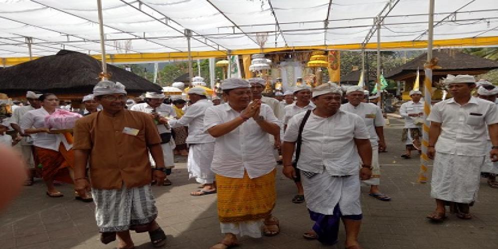 Walikota Rai Mantra Hadiri Pujawali Pura Luhur Rambut Siwi Kota