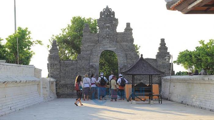 Etika Memakai Sarung Selendang Tatakrama Masuk Pura Uluwatu Bali Sakenan