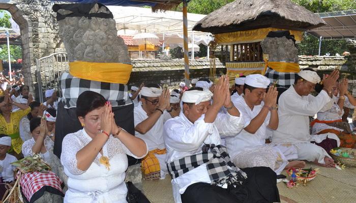 Hari Kuningan Wali Kota Rai Mantra Bersembahyang Pura Sakenan Dharmawijaya
