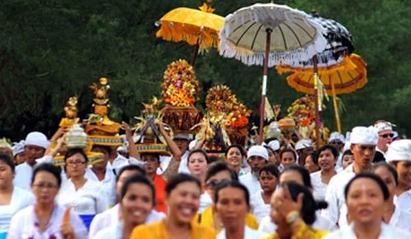 Hari Suci Kuningan Umat Hindu Padati Pura Sakenan Inibali Denpasar