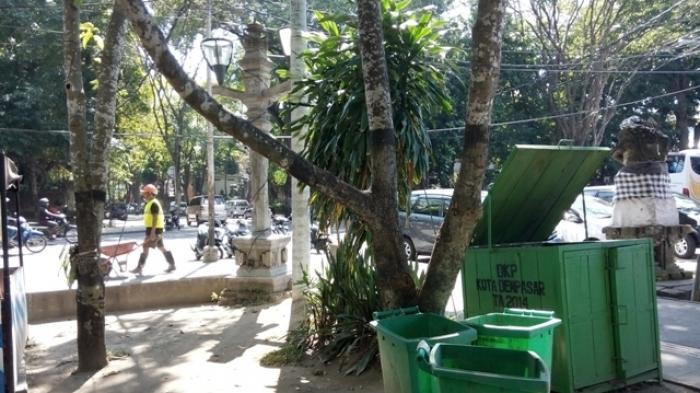 Duh Sampah Berserakan Lapangan Puputan Badung Tribun Bali Taman Kota