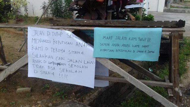 Anaknya Tak Diterima Puluhan Orangtua Blokir Jalan Menuju Sekolah Https
