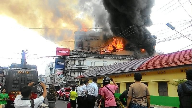 Kebakaran Jambi Meluas Swalayan Ikut Ludes Ditelan Jago Https Img