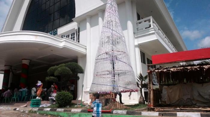 Unik Pohon Natal Setinggi 7 Meter Terbuat Gelas Air Mineral