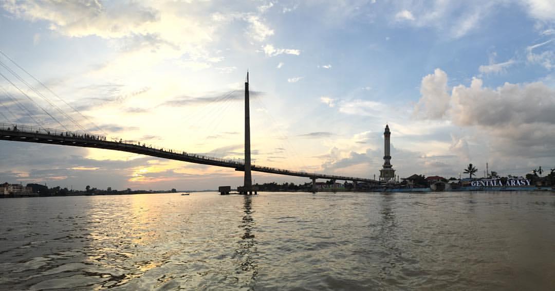 10 Objek Wisata Kota Jambi Menarik Jembatan Pedestrian Gentala Arasy