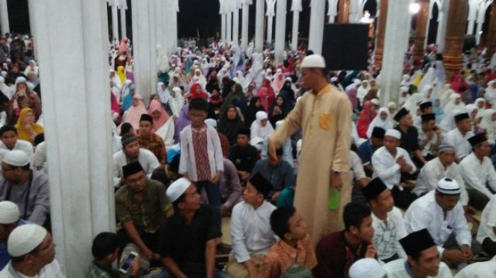 Ribuan Jemaah Meluber Sampai Halaman Masjid Al Falah Pengunjung Datang