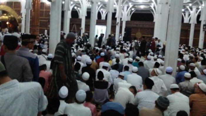 Ribuan Jemaah Meluber Sampai Halaman Masjid Al Falah Pengunjung Selasa