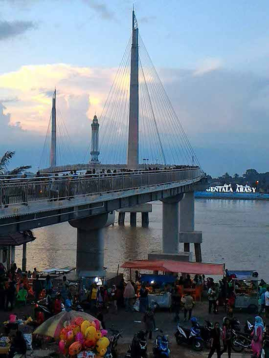 Berwisata Jembatan Pedestrian Jambi Menikmati Gagahnya Menara Gentala Arasy Kota