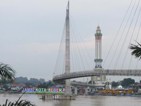 Foto Memperlihatkan Jembatan Menara Gentala Arasy Picture Tower Kota Jambi