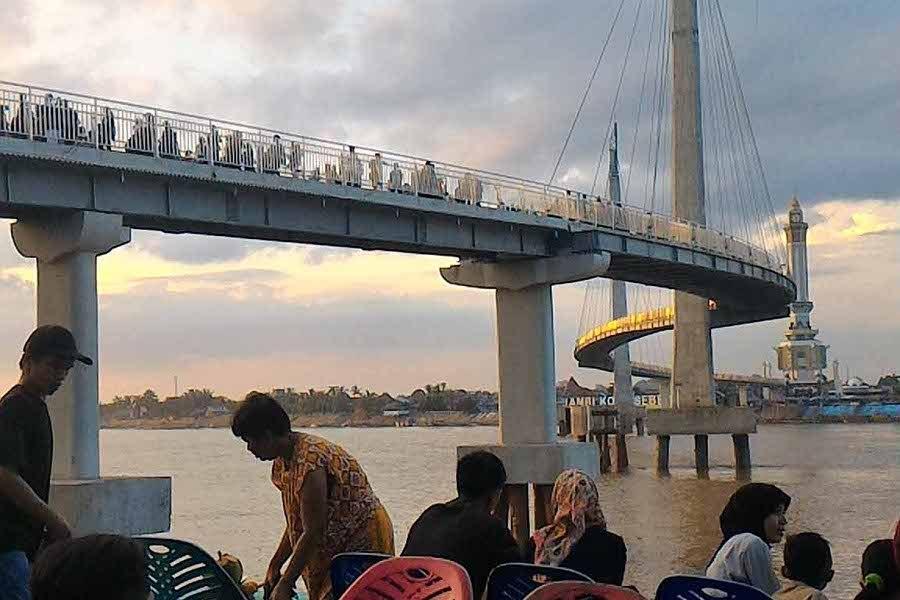 Jembatan Pedestrian Destinasi Hot Jambi Menara Gentala Arasy Kota