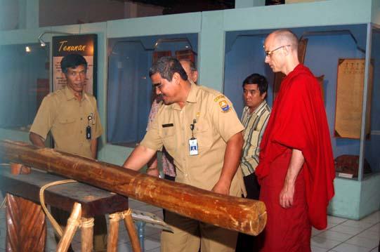 Komunitas Jambi Bhiksu Lodroe Sangpo Kunjungi Museum Negeri Kota
