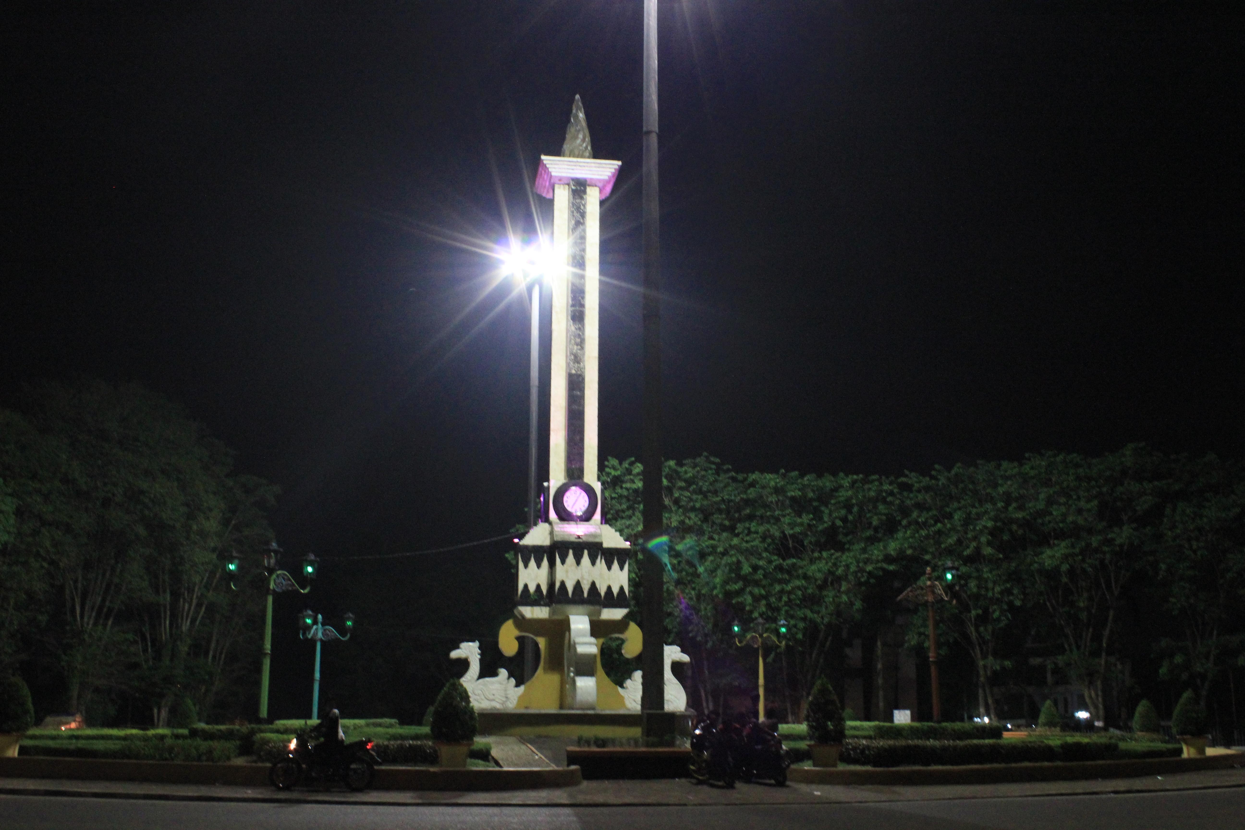 Tugu Monas Kotabaru Ikon Kota Jambi Gemerlap Malam Hari Pic