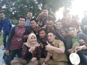 Bersama Wartawan Zola Sherin Pesta Buah Durian Tugu Juang Foto