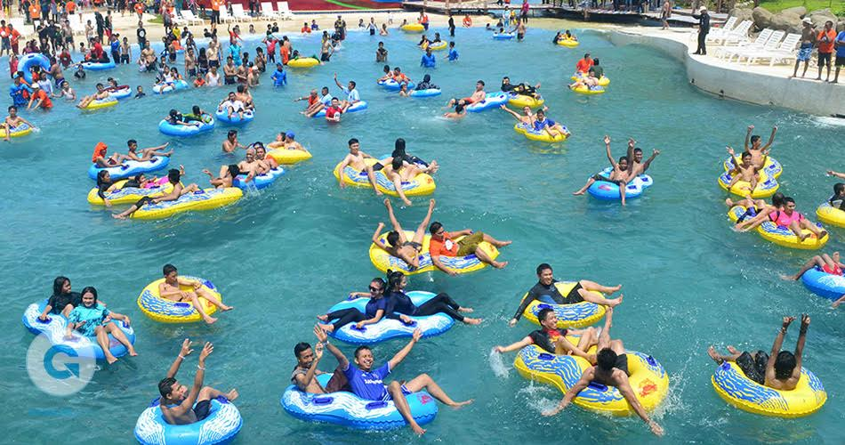 Serunya Wahana Ombak Bugis Water Park Adventure Bukit Baruga Pengunjung