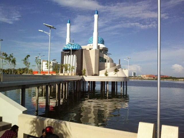 Foto Masjid Unik Amirul Mukminin Kota Makassar Lepas