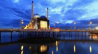 Masjid Terapung Makassar Bertetangga Cafe Penjual Miras Amirul Mukminin Kota