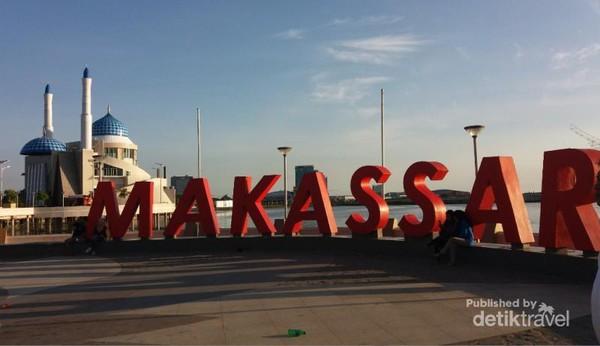 Pantai Losari Tempat Terbaik Menikmati Sunset Makassar Masjid Amirul Mukminin