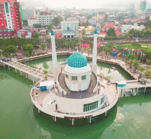 Pesona Masjid Terapung Amirul Mukminin Makassar Kota