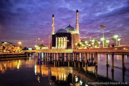 Singgah Masjid Terapung Makasar Amirul Mukminin Malam Hari Foto Id