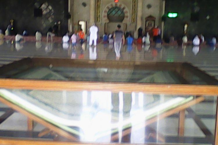 Al Quran Raksasa Jadi Tontonan Jemaah Masjid Raya Makassar Kota