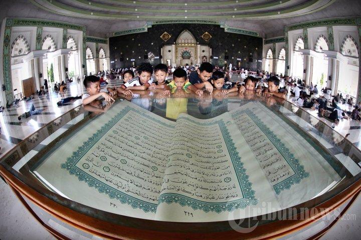 Al Quran Raksasa Masjid Raya Makassar Foto 2 1242842 20140713