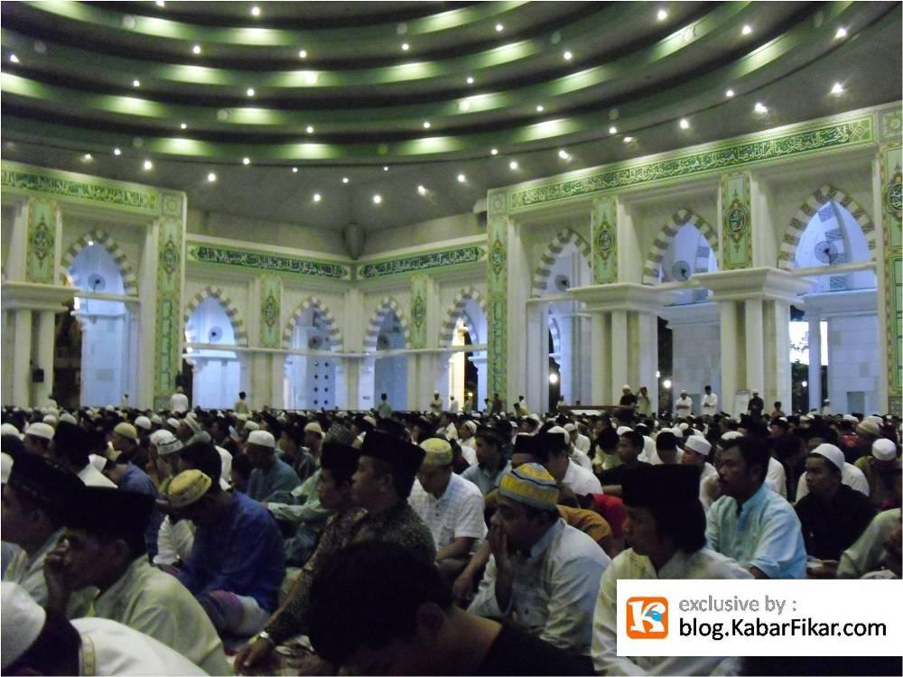 Al Quran Terbesar Mesjid Raya Makassar Kabar Fikar Jamaah Mendengarkan