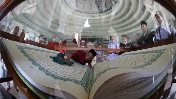 Foto Pembersihan Alquran Raksasa Masjid Raya Makassar Tribun Timur Kota