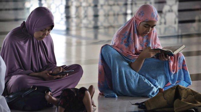 Foto Warga Makassar Isi Ramadan Mengaji Masjid Raya Telkom Kota