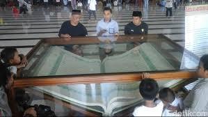 Lihat Alquran Raksasa Bertinta Air Teh Makassar Silahkan Pesona Kitab