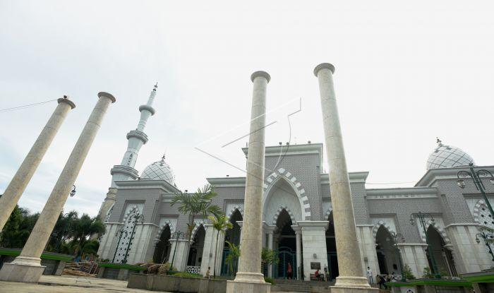 Masjid Raya Makassar Antara Foto Umat Muslim Melintas Halaman Usai