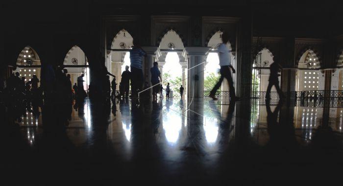 Masjid Raya Makassar Antara Foto Umat Muslim Melintas Usai Melaksanakan