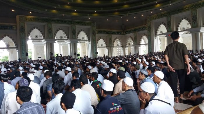 Ribuan Umat Islam Ikut Safari 212 Masjid Raya Makassar Tribun