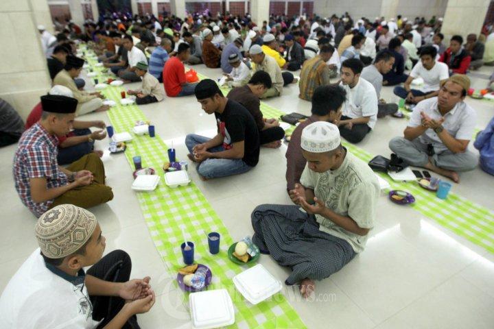 Takjil Buka Puasa Bersama Masjid Raya Makassar Foto 2 1601926