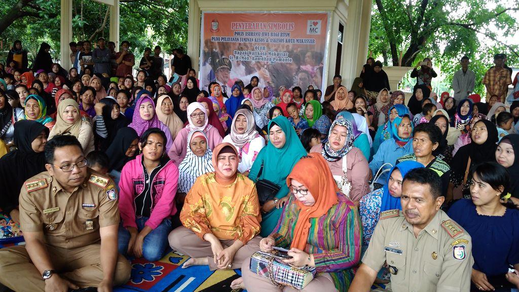 Dinsos Makassar Serahkan Polis Asuransi Jiwa 1 200 Keluarga Penggerak
