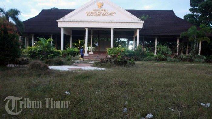 Foto Monumen Korban 40 000 Jiwa Tidak Terurus Sampah Rumput